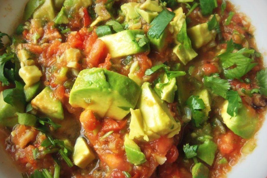 Salsa de tomate, ajo asado y aguacate
